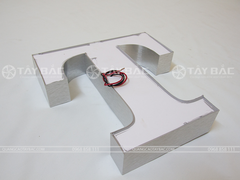 Mặt sau sử dụng fomex mẫu chữ NMF-01