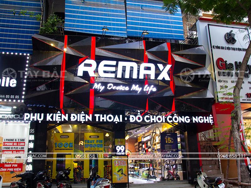Biển quảng cáo phụ kiện điện thoại Remax