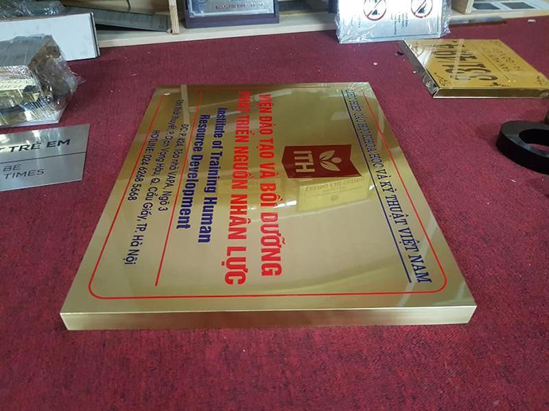 Biển công ty chất liệu inox vàng gương