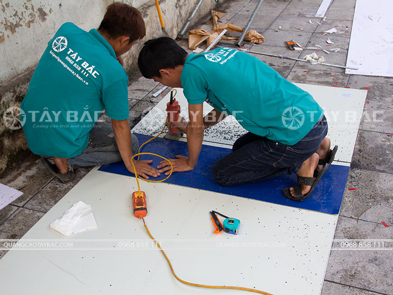 thi công biển quảng cáo trung tâm tiếng anh Tata