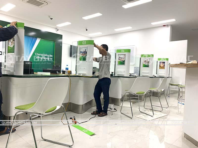 thi công quảng cáo quầy lễ tân ngân hàng