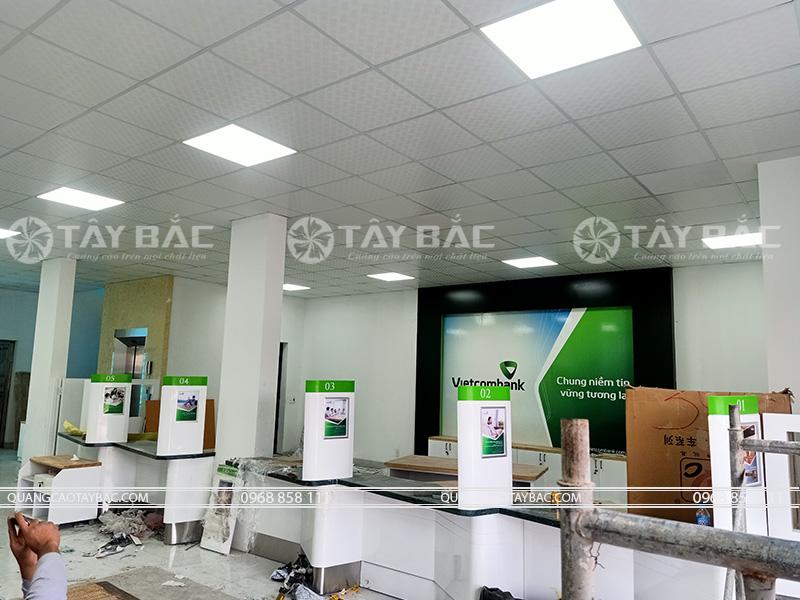 thi công quầy kệ ngân hàng vietcombank